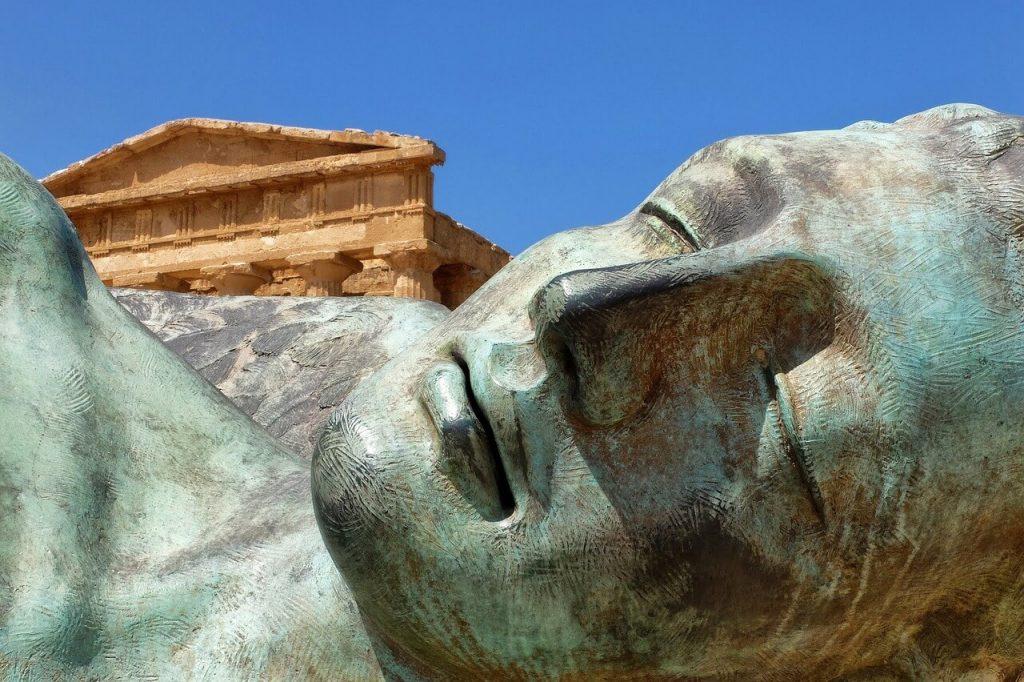 Statue couchée dans la Vallée des Temples